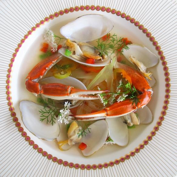 cangrejo y almejas sobre consomé de tomate